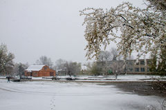 Plotseling April-sneeuwonweer in de Oekraïne April-sneeuwcycloon Stock Foto