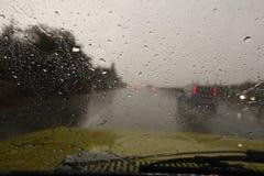 Plotseling onweer, mening van autovoorruit stock afbeelding