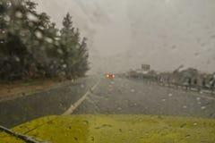 Plotseling onweer zoals die door een voorruit van auto het drijven langs een autosnelweg wordt gezien stock foto
