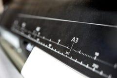 Plottare för stort tryck med linjalen av det pappers- formatet royaltyfri bild