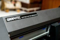 Plottaren för det Graphtec Digital printingsystemet för utskrift av en lång räcka av superwide-formatet applikationer omkullkasta arkivfoton