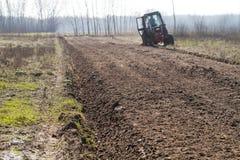 Ploughing nos campos imagem de stock