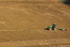 Ploughing a terra Imagens de Stock