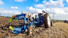 Ploughing velho do trator do baixio 4000 Imagens de Stock