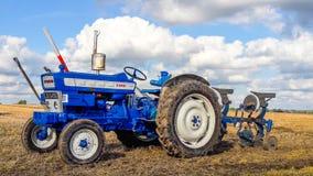 Ploughing velho do trator do baixio 4000 Fotografia de Stock Royalty Free
