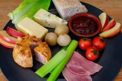 Ploughmans lunch, ett traditionellt brittiskt mål royaltyfri foto