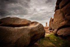 Ploumanac ` h betekent Ruz-vuurtoren tussen de rotsen in roze granietkust, Perros Guirec, Bretagne, Frankrijk stock fotografie