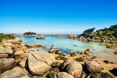 Ploumanach, βράχοι και παραλία κόλπων το πρωί, Βρετάνη, Γαλλία. Στοκ εικόνες με δικαίωμα ελεύθερης χρήσης
