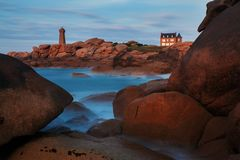 Ploumanach betekent Ruz-vuurtoren rode zonsondergang in roze granietkust, Perros Guirec, Bretagne, Frankrijk royalty-vrije stock foto's