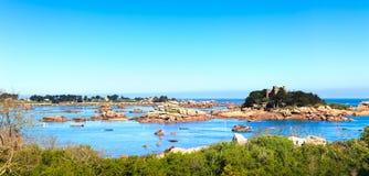 Ploumanach, skały i zatoka, wyrzucać na brzeg w ranku, Brittany, Francja. Fotografia Stock