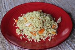Plov Weganinu świeży smakowity naczynie wzrasta z marchewką, soya mięsem i czosnkiem, zdjęcie royalty free