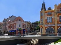 PLOVDIV, ΒΟΥΛΓΑΡΙΑ - 13 ΙΟΥΝΊΟΥ 2012: Περπατώντας άνθρωποι και σπίτια στην κεντρική οδό στην πόλη Plovdiv Στοκ Εικόνα