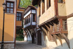PLOVDIV, ΒΟΥΛΓΑΡΙΑ: Μια στενή οδός με τα ζωηρόχρωμα παραδοσιακά σπίτια στην παλαιά πόλη Plovdiv Στοκ Εικόνα