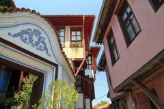 PLOVDIV, ΒΟΥΛΓΑΡΙΑ: Μια στενή οδός με τα ζωηρόχρωμα παραδοσιακά σπίτια στην παλαιά πόλη Plovdiv Στοκ Φωτογραφίες