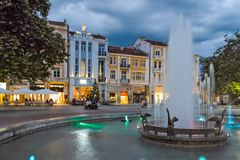 PLOVDIV BUŁGARIA, CZERWIEC, - 9, 2017: Nocy fotografia Chodząca ulica w mieście Plovdiv Zdjęcia Stock