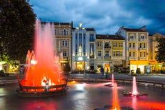 PLOVDIV BUŁGARIA, CZERWIEC, - 9, 2017: Nocy fotografia Chodząca ulica w mieście Plovdiv Zdjęcia Royalty Free