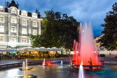 PLOVDIV BUŁGARIA, CZERWIEC, - 9, 2017: Nocy fotografia Chodząca ulica w mieście Plovdiv Zdjęcie Royalty Free