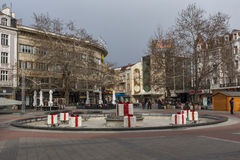 PLOVDIV, BULGÁRIA - 30 DE DEZEMBRO DE 2016: Casas e rua de passeio na cidade de Plovdiv Fotos de Stock Royalty Free