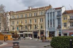 PLOVDIV, BULGÁRIA - 30 DE DEZEMBRO DE 2016: Casas e rua de passeio na cidade de Plovdiv Fotos de Stock