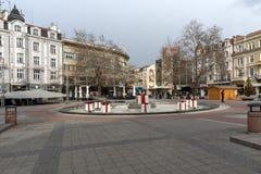 PLOVDIV, BULGÁRIA - 30 DE DEZEMBRO DE 2016: Casas e rua de passeio na cidade de Plovdiv Fotografia de Stock Royalty Free