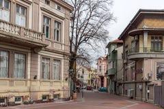 PLOVDIV, BULGÁRIA - 30 DE DEZEMBRO DE 2016: Casas e rua na cidade de Plovdiv Fotografia de Stock Royalty Free