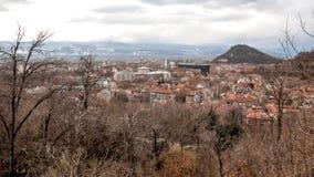 PLOVDIV, BULGÁRIA - 30 DE DEZEMBRO DE 2016: Panorama surpreendente da cidade de Plovdiv do monte do tepe de Sahat Fotografia de Stock