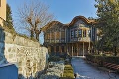 PLOVDIV, BULGÁRIA - 2 DE JANEIRO DE 2017: Construção do museu etnográfico na cidade velha de Plovdiv foto de stock royalty free