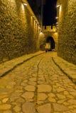 PLOVDIV, BULGÁRIA - 2 DE SETEMBRO DE 2016: Foto da noite da rua de pedrinha sob a entrada antiga da fortaleza da cidade velha de  Fotos de Stock Royalty Free