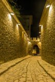 PLOVDIV, BULGÁRIA - 2 DE SETEMBRO DE 2016: Foto da noite da rua de pedrinha sob a entrada antiga da fortaleza da cidade velha de  Fotografia de Stock Royalty Free