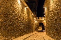 PLOVDIV, BULGÁRIA - 2 DE SETEMBRO DE 2016: Foto da noite da rua de pedrinha sob a entrada antiga da fortaleza da cidade velha de  Foto de Stock Royalty Free