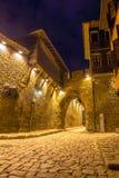 PLOVDIV, BULGÁRIA - 2 DE SETEMBRO DE 2016: Foto da noite da rua de pedrinha sob a entrada antiga da fortaleza da cidade velha de  Imagens de Stock