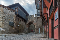 PLOVDIV, BULGÁRIA - 2 DE SETEMBRO DE 2016: Foto da noite de casas velhas e entrada antiga da fortaleza da cidade velha da cidade  Imagens de Stock Royalty Free
