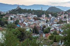 PLOVDIV, BULGÁRIA - 2 DE SETEMBRO DE 2016: Opinião do por do sol da cidade de Plovdiv do monte do tepe de Nebet Fotografia de Stock