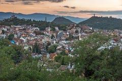 PLOVDIV, BULGÁRIA - 2 DE SETEMBRO DE 2016: Opinião do por do sol da cidade de Plovdiv do monte do tepe de Nebet Imagem de Stock