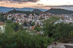 PLOVDIV, BULGÁRIA - 2 DE SETEMBRO DE 2016: Opinião do por do sol da cidade de Plovdiv do monte do tepe de Nebet Fotos de Stock Royalty Free