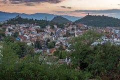 PLOVDIV, BULGÁRIA - 2 DE SETEMBRO DE 2016: Opinião do por do sol da cidade de Plovdiv do monte do tepe de Nebet Fotos de Stock