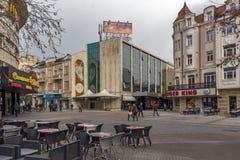 PLOVDIV, BULGARIA - 30 DE DICIEMBRE DE 2016: Casas y calle que camina en la ciudad de Plovdiv Fotos de archivo