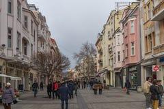 PLOVDIV, BULGARIA - 30 DE DICIEMBRE DE 2016: Casas y calle que camina en la ciudad de Plovdiv Imagen de archivo libre de regalías