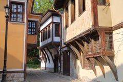 PLOVDIV, BULGARIA: Una calle estrecha con las casas tradicionales coloridas en la ciudad vieja de Plovdiv Imagen de archivo