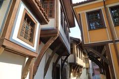 PLOVDIV, BULGARIA: Una calle estrecha con las casas tradicionales coloridas en la ciudad vieja de Plovdiv Fotografía de archivo libre de regalías