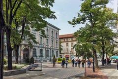 PLOVDIV, BULGARIJE - MEI 7, 2018: Lopende mensen bij centrale straat in stad van Plovdiv royalty-vrije stock afbeelding