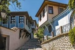 PLOWDIW, BULGARIEN - 10. JUNI 2017: Haus vom Zeitraum der bulgarischen Wiederbelebung und der Straße in der alten Stadt von Plowd Lizenzfreie Stockfotografie