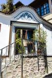 PLOWDIW, BULGARIEN - 10. JUNI 2017: Haus vom Zeitraum der bulgarischen Wiederbelebung und der Straße in der alten Stadt von Plowd Stockfotografie