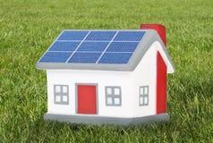 Plástico modelo de la casa con los paneles solares Fotografía de archivo