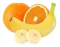 Plátano entero y pelado y frutas anaranjadas aislados en blanco con la trayectoria de recortes Fotografía de archivo libre de regalías