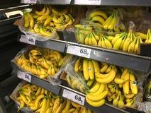 Plátanos para la venta en un superstore Imágenes de archivo libres de regalías