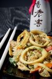 Läcker tioarmad bläckfisk stekt rice med grönsaker. Asiatisk mat. Royaltyfria Bilder