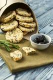 Plätzchen mit Käse, Oliven und Rosmarin Lizenzfreies Stockbild