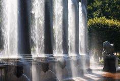 Pluśnięcia fontanny lew kaskady controlam zaświecali sunligh zdjęcia stock