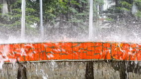Pluśnięcia fontanny woda w letnim dniu zbiory wideo